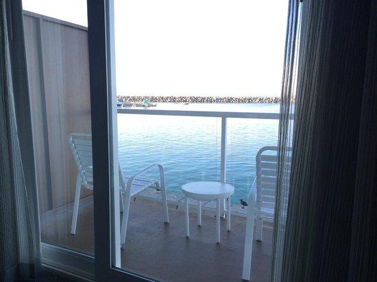 The Portofino Hotel & Marina, A Noble House Hotel: Varandinha com as cadeirinhas e a vista para o mar ...