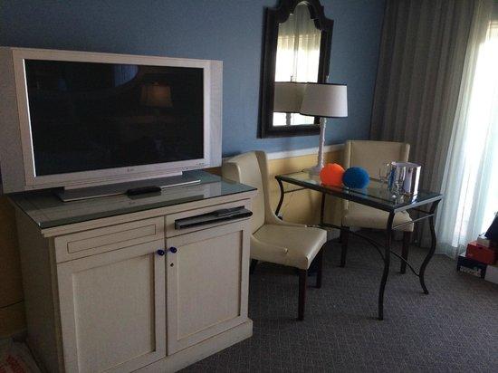 The Portofino Hotel & Marina, A Noble House Hotel: Televisão e mesinha para café da manhã...