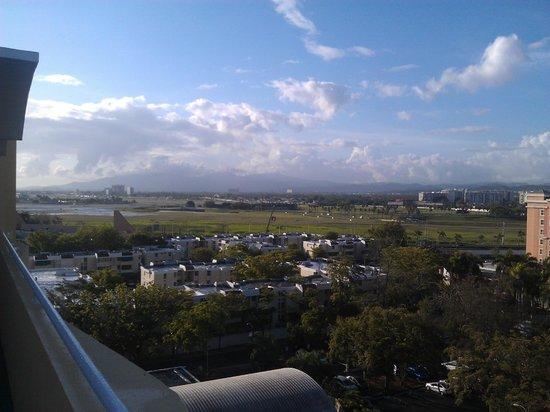 Verdanza Hotel: Top floor view towards airport mountains