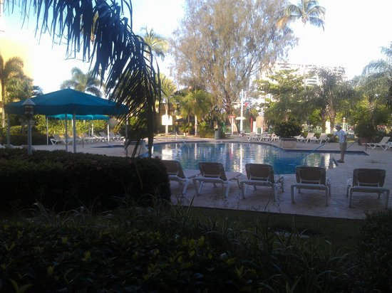 Verdanza Hotel: Early morning view of pool area from the chairs outside the roomm