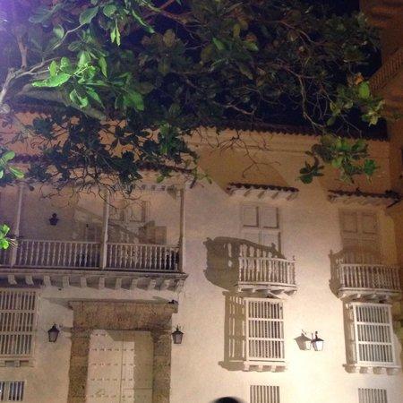 Plaza Santo Domingo : lindo casarão da praça