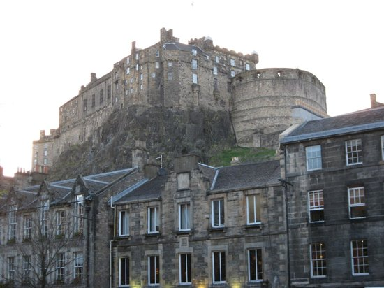 Apex Grassmarket Hotel: Edinburgh Castle from the front of the hotel