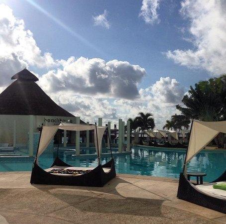ME Cancun: Pool beds