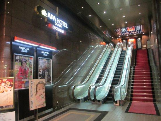 APA Hotel Nagoya Nishiki Excellent : このエスカレーターでフロントへ