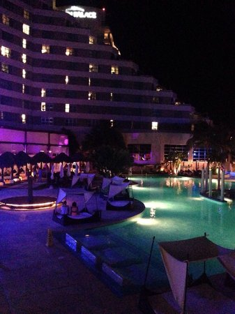 ME Cancun: Hotel and pool at night