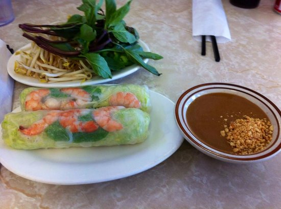 Pho Hoang : fresh spring rolls with peanut sauce and the condiment plate for my Pho