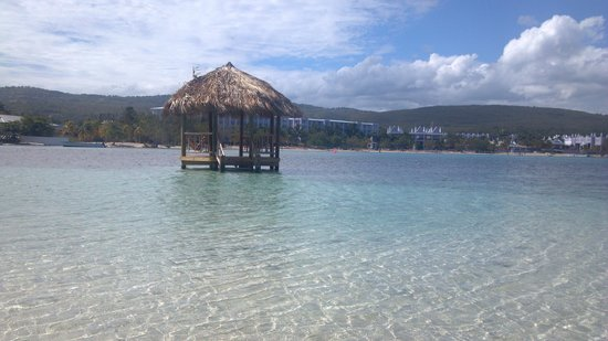 Sandals Royal Caribbean Resort and Private Island: Crystal clear and warm water on the Island!