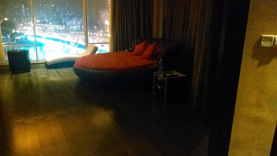 Guangdong Nanmei Osotto Hotel Haizhu: Bedroom with the dreaded circular bed
