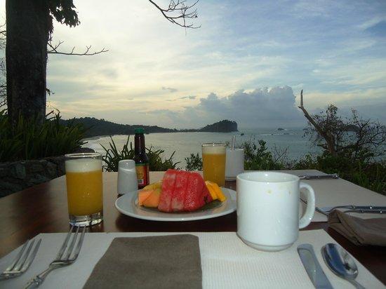 Arenas del Mar Beachfront & Rainforest Resort: view at breakfast