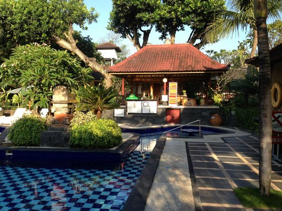Inna Sindhu Beach: pool house where you get your fresh towel daily
