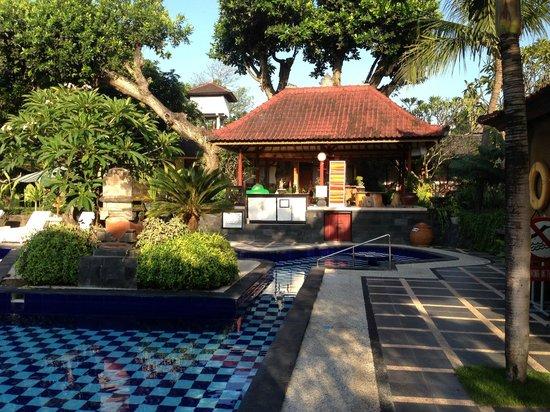Inna Sindhu Beach : pool house where you get your fresh towel daily