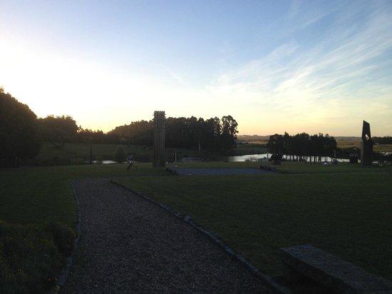 Fundacion Pablo Atchugarry: Parque y lago al atardecer