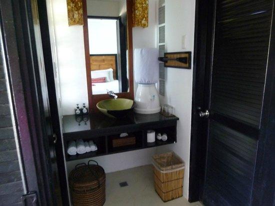 Nami Resort: バスルーム、ウォーターサーバーが付いてる