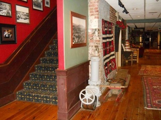 Common Man Inn & Spa : Check out the huge old sled on the floor along the hallway.
