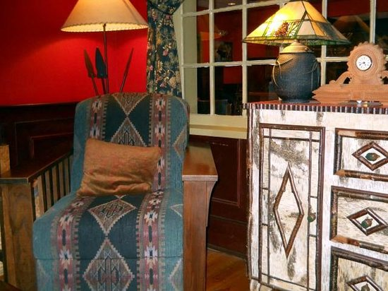 Common Man Inn & Spa : Most comfortable and interesting lobby furniture ever!