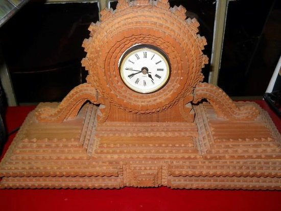 Common Man Inn & Spa: Interesting hand crafted clock in lobby.
