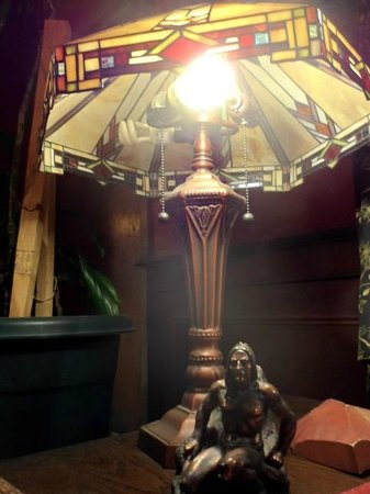 Common Man Inn & Spa: Tiffany type of lamp in lobby area.