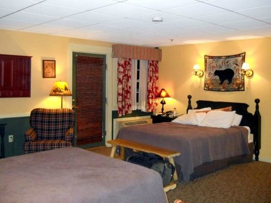 Common Man Inn & Spa: Second queen size bed. Door leads to small deck outside.