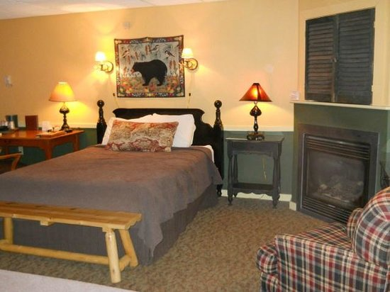 Common Man Inn & Spa: One of two queen size beds in room.