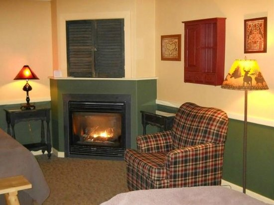 Common Man Inn & Spa : Cozy working (propane) fireplace in the room.