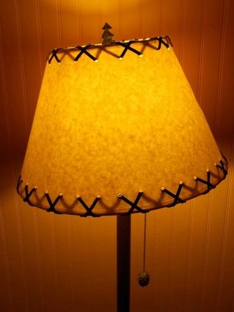 Common Man Inn & Spa : Interesting floor lamp shade in room.