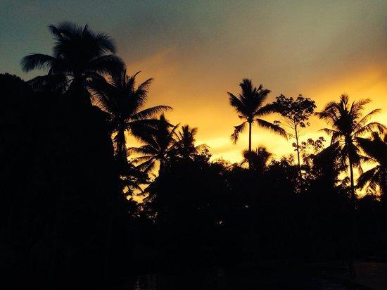Ban Sainai Resort: Sunset over the pool