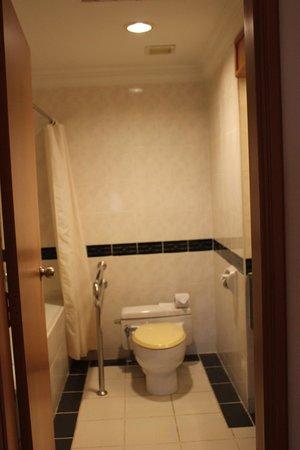 M Suites Hotel: bathroom