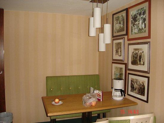 Derag Livinghotel An der Oper: Cosy dining room