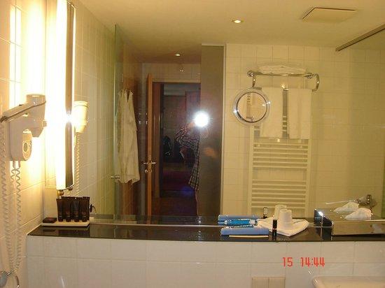 Derag Livinghotel An der Oper: Spacious bathroom