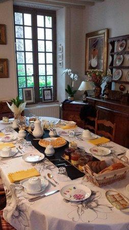Le Manoir Sainte Victoire: Main house breakfast