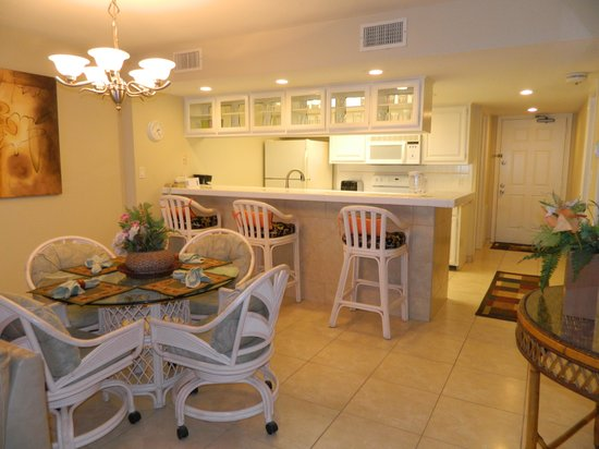 Seabreeze Beach Resort: Kitchen and dining area