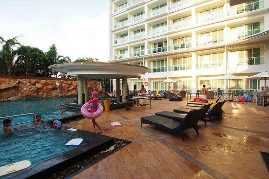 Centara Nova Hotel & Spa Pattaya: pool area