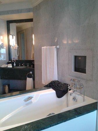 Swissotel The Stamford: Badekarret mellem soveværelse og badeværelse