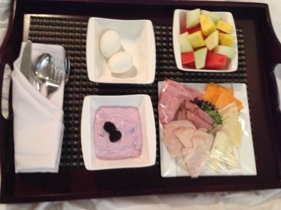 Hotel Le Germain Maple Leaf Square : Breakfast in a bed