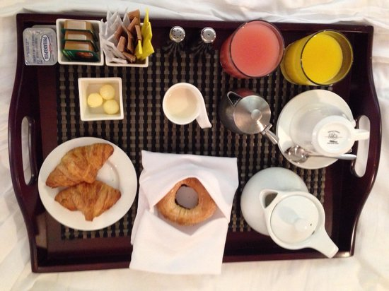 Hotel Le Germain Maple Leaf Square: Breakfast in a bed