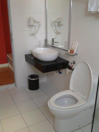 Hotel Sentral Georgetown: Clean toilet