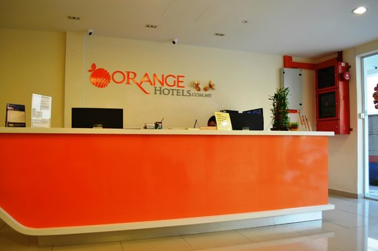 Orange Hotel: Hotel registration counter - bright & cheerful