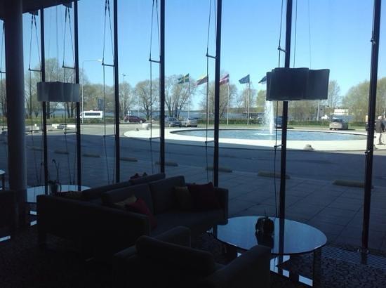 Ulemiste Hotel : Холл отеля и вид на улицу
