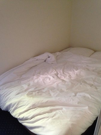Appart'City Montpellier Saint-Roch: Very firm bed in the bedroom. The mattress literally goes from one wall to the other. Sleeps 2 p