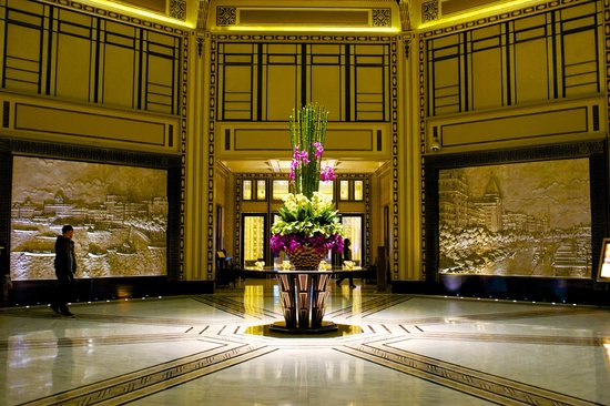 Fairmont Peace Hotel: The amazing lobby area that transport you back in time