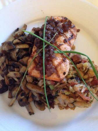 Hyatt Regency North Dallas/Richardson: Yummy salmon with amazing mushrooms and white bean salad