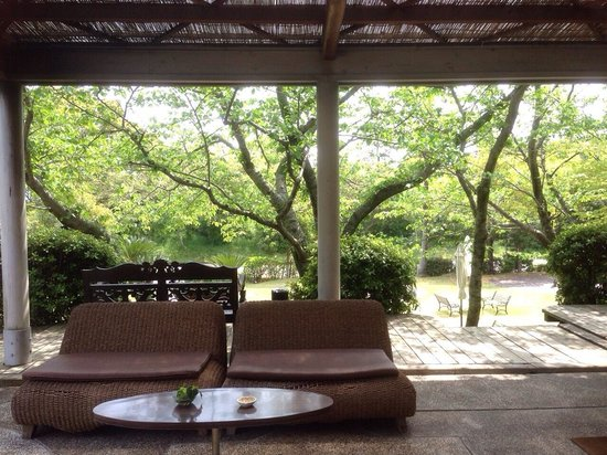 Resort Hotel Moana Coast: 入り口から見えるお庭