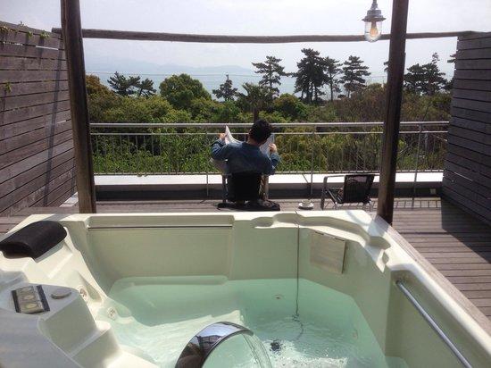 Resort Hotel Moana Coast: ジャグジーと広いテラス。目の前に海が見えます