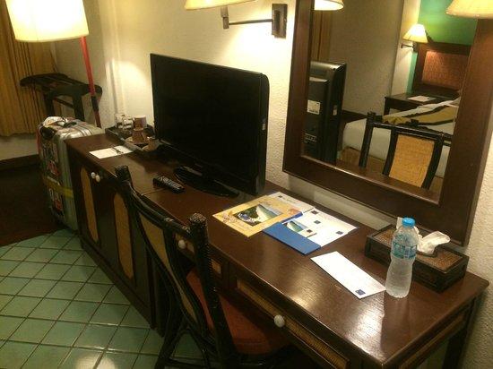 Patong Bay Garden Resort: 部屋は古いがテレビは薄型