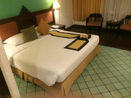 Patong Bay Garden Resort: 床はほとんどタイルばり