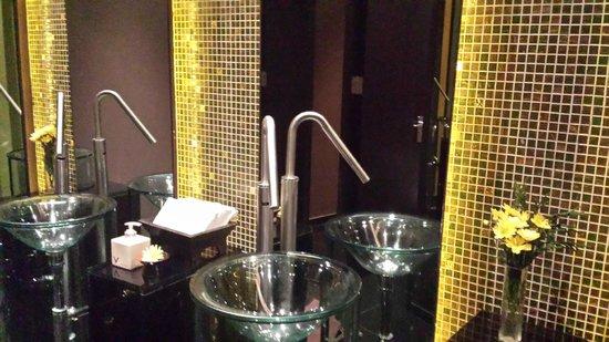 VIE Hotel Bangkok, MGallery by Sofitel: Lobby bathroom