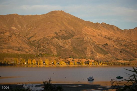 The Moorings: Lake Wanaka at Sunrise