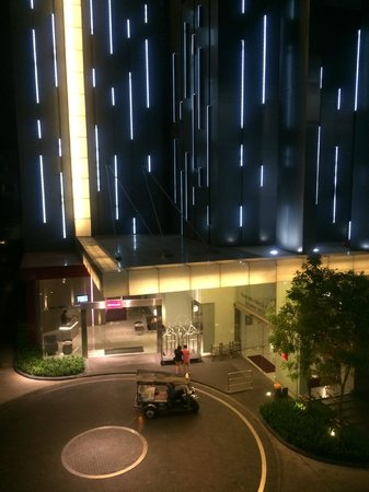 Ibis Bangkok Siam : ホテルエントランス(正面はメルキュール・右側ibis)