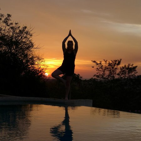 Panacea de la Montana Yoga Retreat & Spa: Sunset over the pool