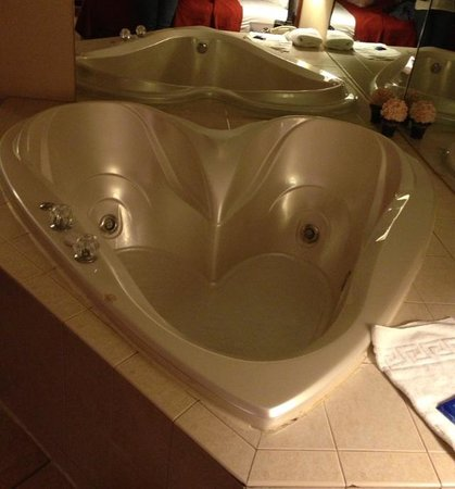 Hotel M, Mount Pocono: Heart Shaped hot tub!